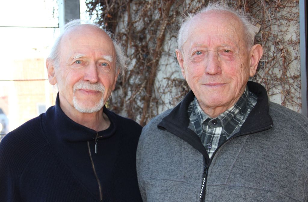 Lothar (l.), 83 Jahre und Elmar Braun, 88 Jahre, berichten von ihrem Vater Josef, der  damals den älteren der beiden Brüder (r.) mit  auf den Killesberg nahm, um ihm das Unrecht zu zeigen. Foto: Georg Friedel