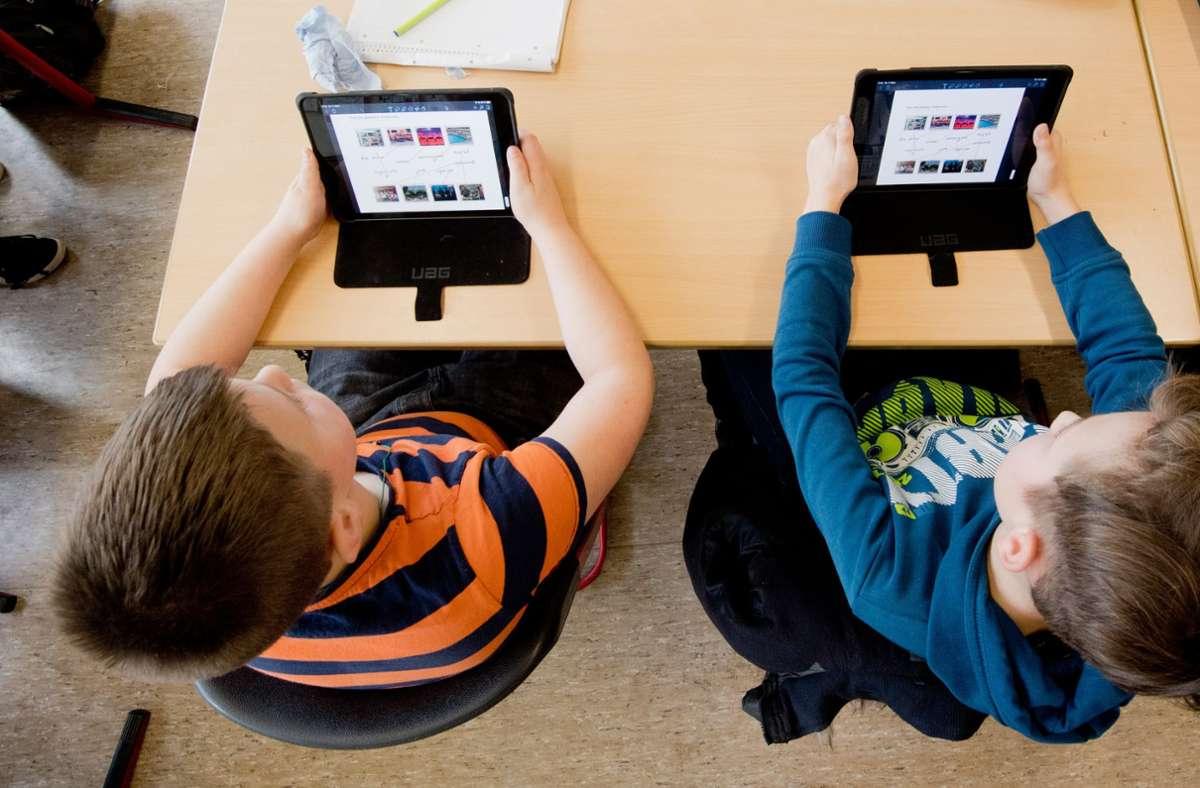 Die digitale Ausstattung von Schulen und Schülern in Deutschland hinkt hinterher. (Symbolbild) Foto: Julian Stratenschulte/dpa/Julian Stratenschulte
