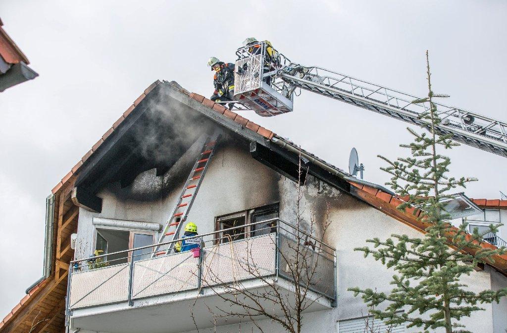 In Kernen im Remstal hat sich am Samstagvormittag eine Pflanzenheizung in einem Mehrfamilienhaus entzündet und den Dachstuhl in Brand gesetzt. Foto: www.7aktuell.de | Simon Adomat