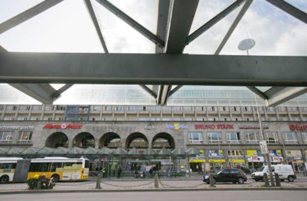 Mehr Platz für Leuchtwerbung: Eine Lücke klafft jetzt zwischen den Schriftzügen an der Fassade des ehemaligen Hindenburgbaus. Foto: Zeygarth