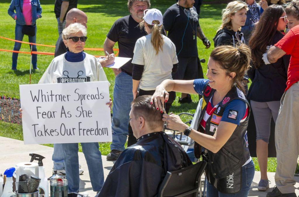 """An der Protestaktion """"Operation Haarschnitt"""" nahmen viele Friseure teil, die anderen Demonstrierenden kostenlos die Haare schnitten. Foto: imago images/ZUMA Wire/Jim West"""