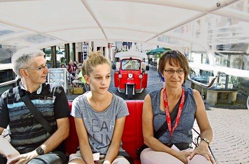 Martin, Simone und Heike Bischoff genießen die Tuk-Tuk-Tour durch Marbach am Neckar. Foto: Ralf Recklies
