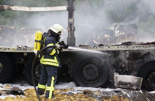 Zwei Lkw gehen nach Unfall in Flammen auf