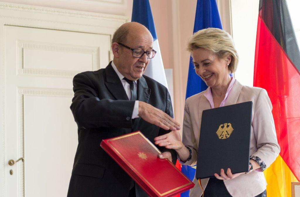 Frankreichs Verteidigungsminister Jean-Yves Le Drian und seine  Kollegin Foto: dpa