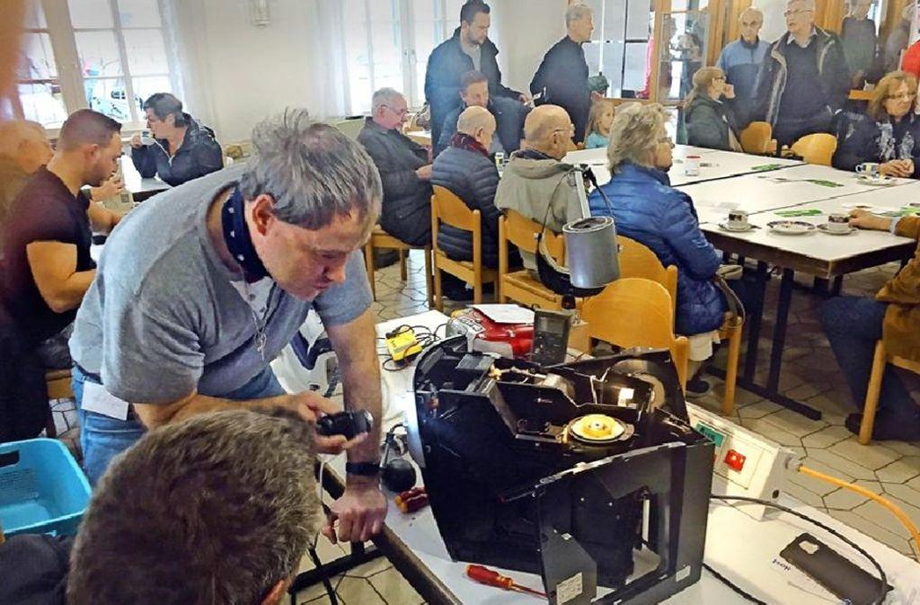 Gewerkelt wird  allerorten:  Im Uhinger Berchtoldshof   und im Jugendcafé Moccalino  in Göppingen-Jebenhausen    finden regelmäßig Repair-Cafés statt. Foto: Pflüger