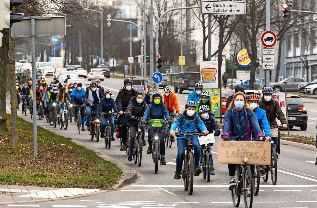 Ungewohntes Bild in der sonst von Autos umtosten Schwieberdinger Straße in Ludwigsburg: Radler von der Fridays-for-Future-Bewegung Foto: factum/Jürgen Bach