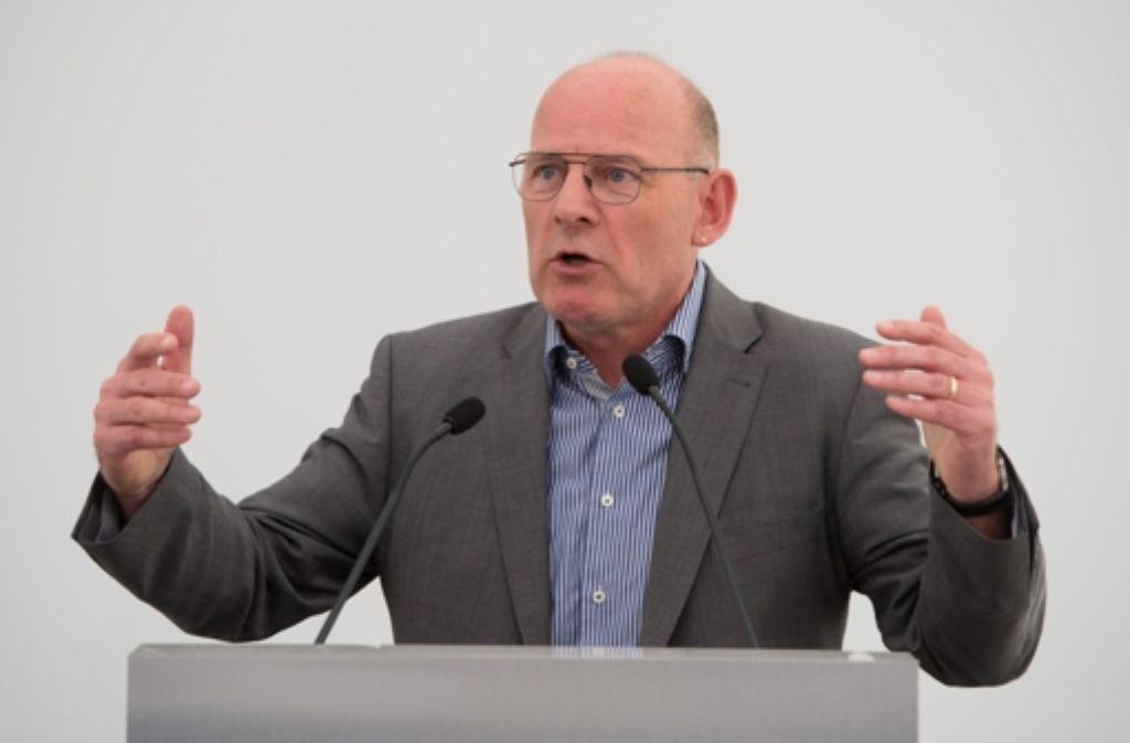 Der baden-württembergische Verkehrsminister Winfried Hermann lässt sich von einer bundesweit renommierten Vergabespezialistin beraten. Foto: dpa