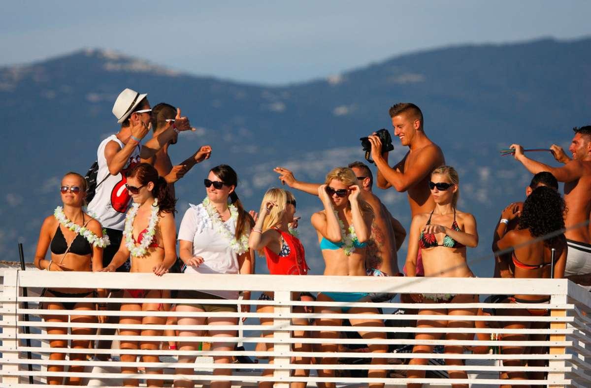Feiern an der Adria: Novalja auf der kroatischen Insel Pag ist bei jungen Leuten, die gerne Party machen, sehr beliebt. Foto: mauritius images/Alamy