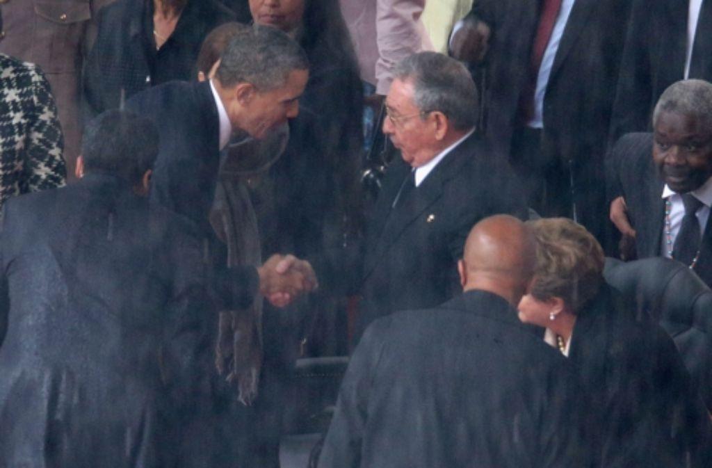 Hat dieser Händedruck politisch etwas zu bedeuten? US-Präsident Barack Obama schüttelt bei der Trauerfeier für Nelson Mandela die Hand des kubanischen Präsidenten Raúl Castro. Foto: Getty Images Europe