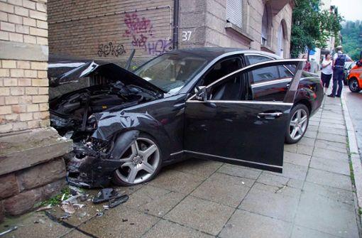 Mercedes prallt in Innenstadt gegen Hauswand – Fahrer schwer verletzt