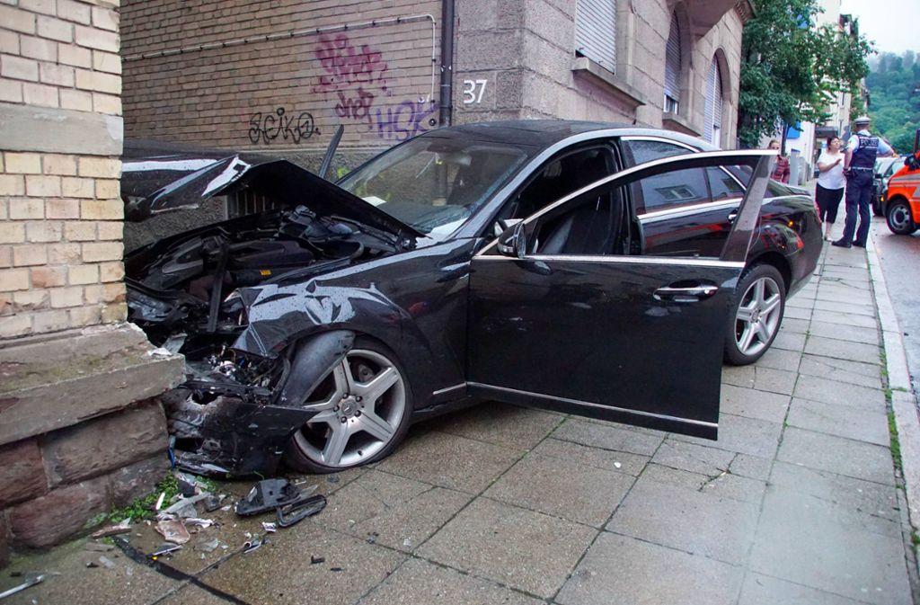 Der Fahrer prallte mit seinem Wagen frontal gegen eine Hauswand. Foto: 7aktuell.de/Andreas Werner