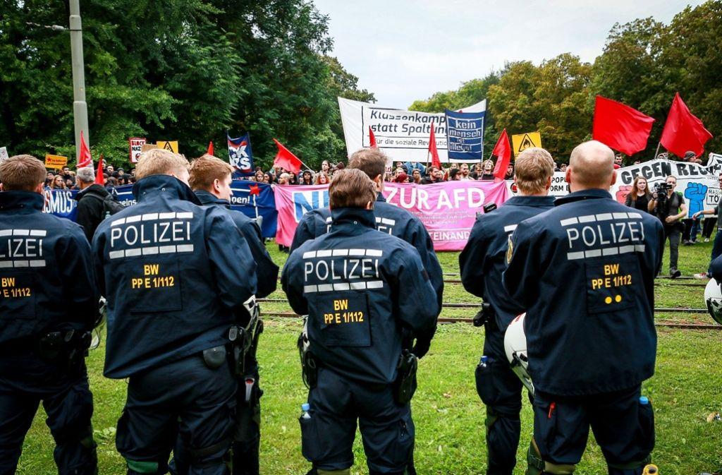 Bis 300 Demonstranten protestierten gegen die AfD-Feier zum Tag der Deutschen Einheit in Stuttgart. Foto: 7aktuell.de/Andreas Friedrichs
