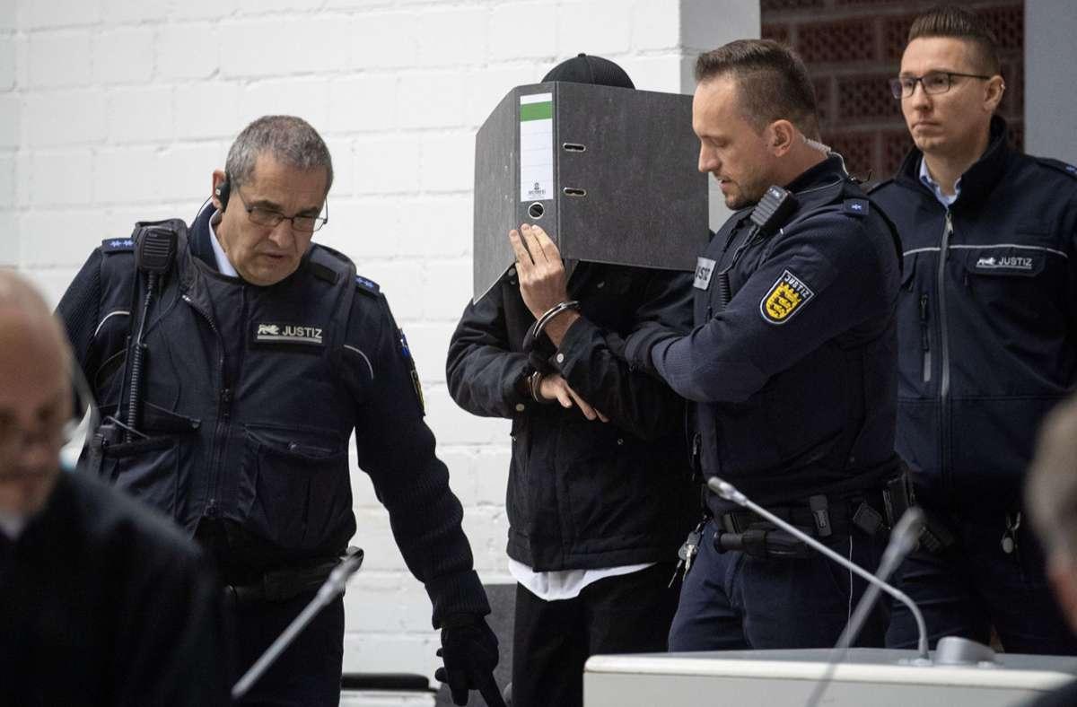 Der Angeklagte wird verdächtigt, der Terrormiliz  Islamischer Staat anzugehören. (Archivbild) Foto: dpa/Marijan Murat