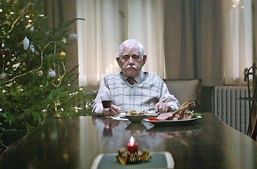 Alter, einsamer Mann: geht immer. Aber dank Internet eben noch ein bisschen besser. Szene aus dem millionenfach geklickten Edeka-Weihnachtswerbespot 2015. Foto: Edeka