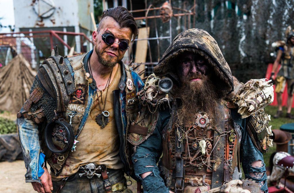 Zwei von rund 75.000 Festival-Besuchern in ihren Kostümen Foto: dpa
