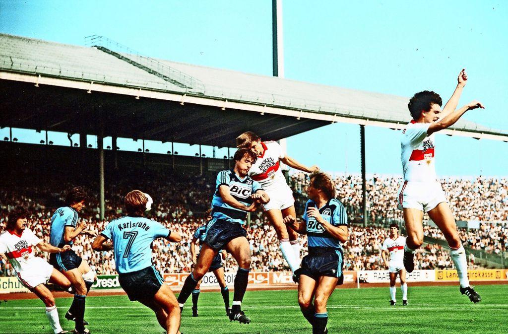 VfB-Stürmer Peter Reichert trifft im September 1982 per Kopf gegen den Karlsruher SC. Foto: