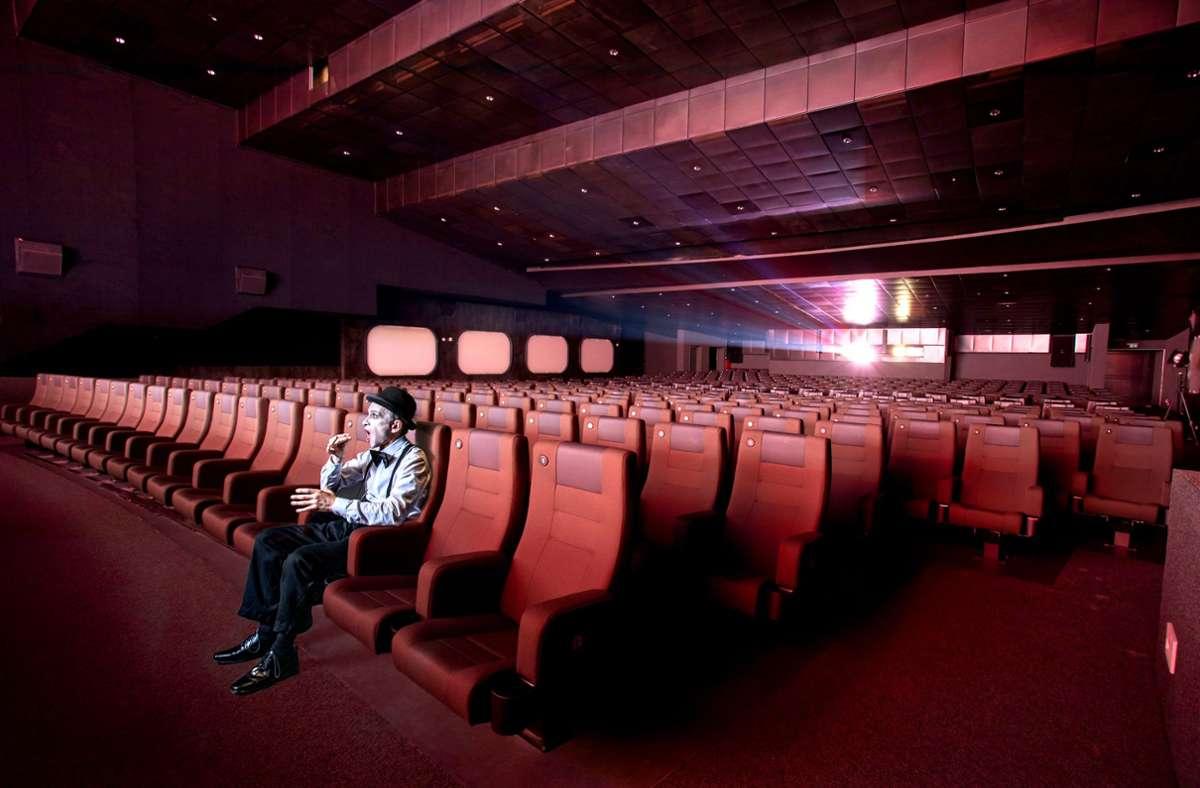 Allein im Gloria-Kino: Der Stuttgarter Pantomime Pablo Zibes will mit einer Fotoserie auf die Notlage der Kulturbranche hinweisen. Foto: Kartin Mertens
