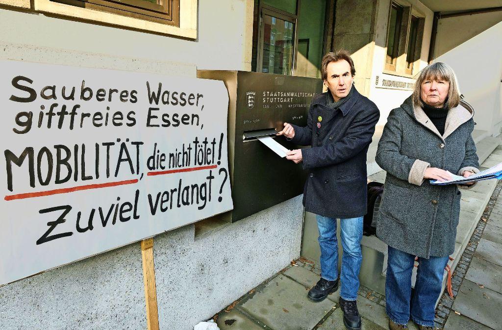 Peter Erben wirft die Anzeige ein. Foto: dpa