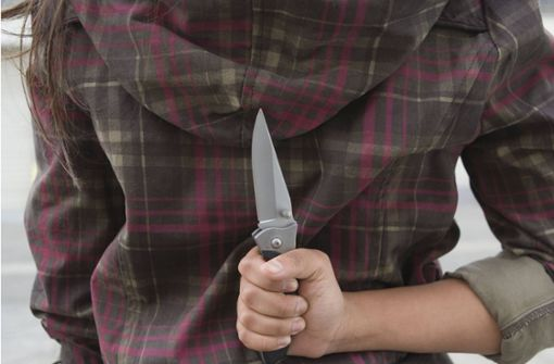 Frau soll Ex-Partner mit Messern lebensgefährlich verletzt haben