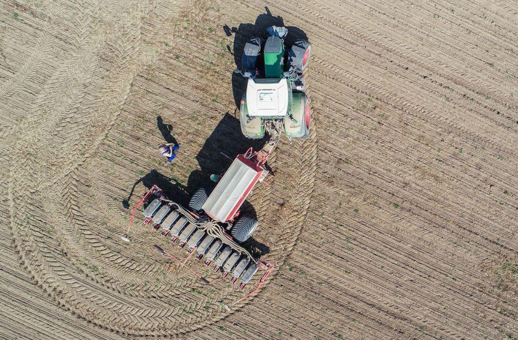 Eine Traktor hat mutmaßlich einen Verteilerkasten umgefahren. Foto: dpa/