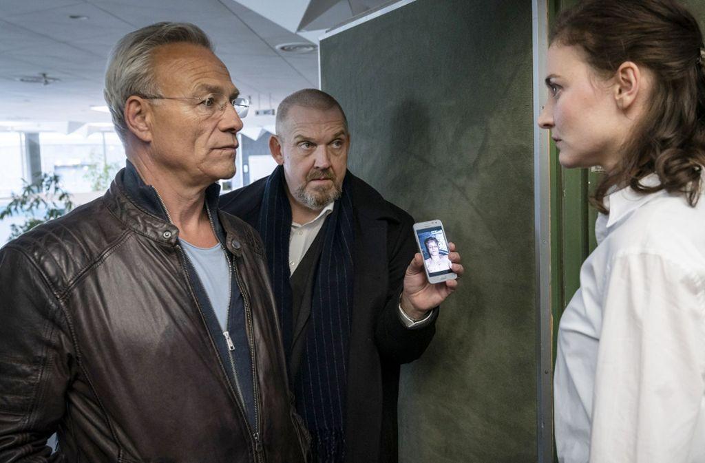 Ballauf (Klaus J. Behrendt, li.) und Schenk (Dietmar Bär) konfrontieren die Lehrerin Wessel (lnes Marie Westernströer) mit dem Foto eines Toten. Foto: WDR/Thomas Kost
