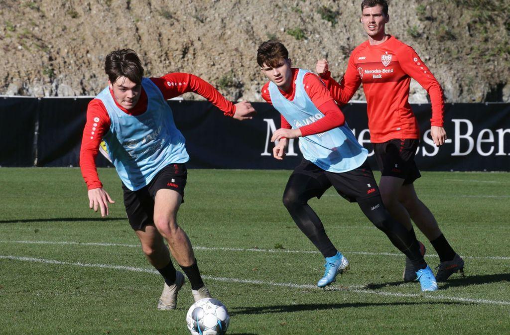 Lilian Egloff (am Ball) und Antonis Aidonis (Bildmitte) sind zwei der VfB-Talente, die aktuell an der Schwelle zum Profikader stehen. Foto: Baumann