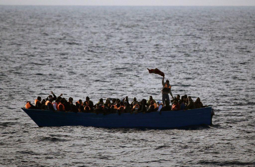 Flüchtlingsboot im Mittelmeer. Foto: dpa