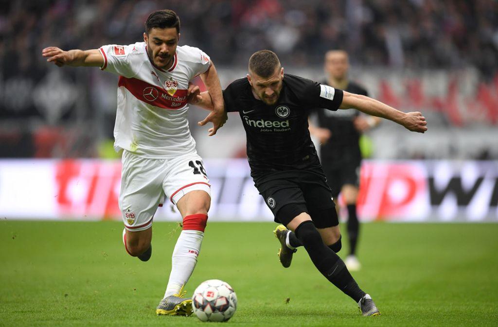 Der VfB Stuttgart mit Ozan Kabak hielt lange gut mit, musste sich am Ende aber Ante Rebic und der Eintracht geschlagen geben. Foto: Bongarts