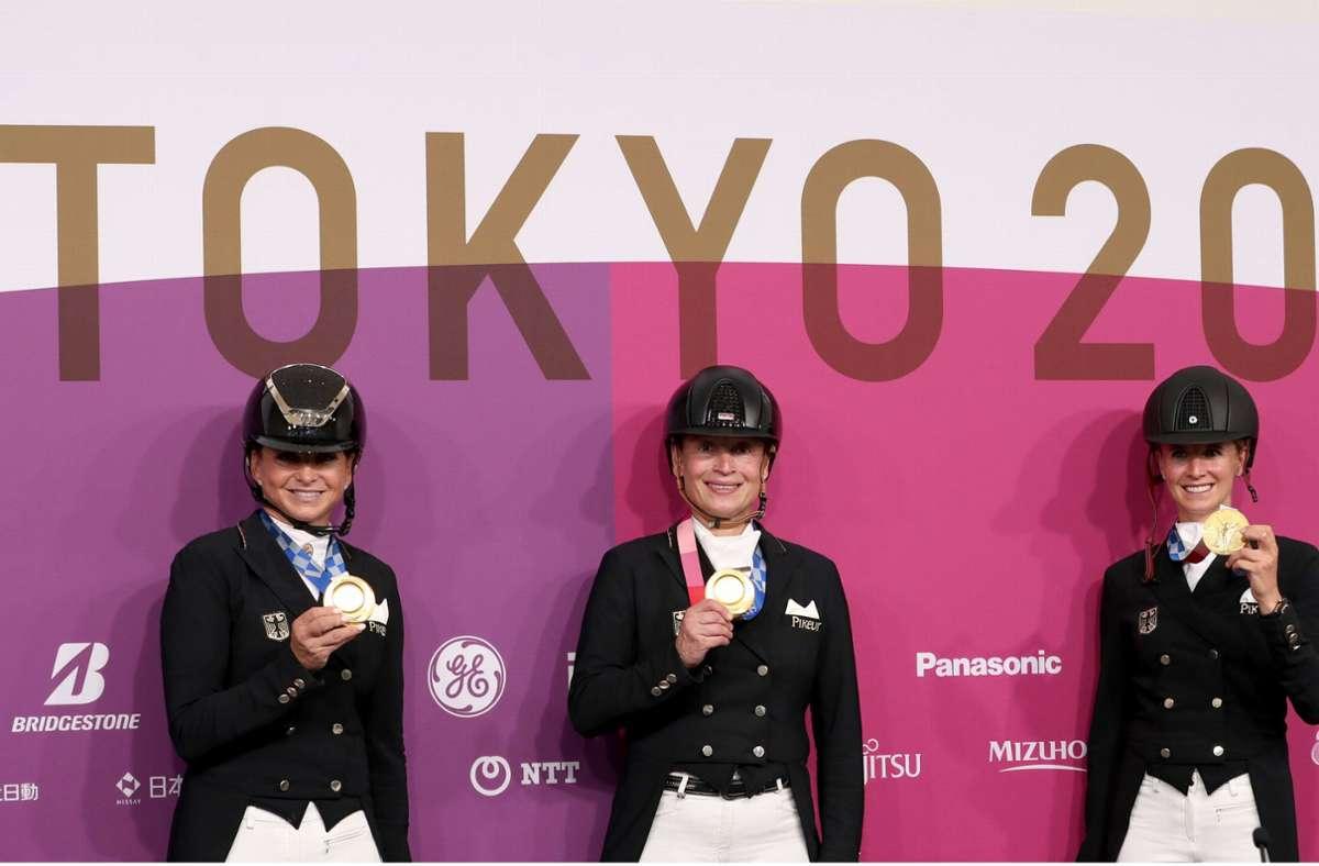 Die Dressur-Equipe sicherte sich die Goldmedaille. Foto: dpa/Friso Gentsch