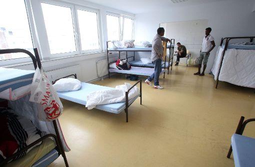 Männer dringen in Flüchtlingsheim ein – Vier Verletzte