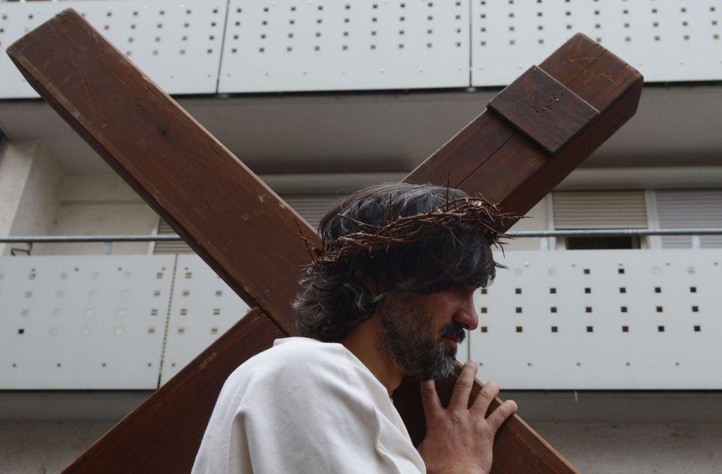 Auch in diesem Jahr wird der Jesus-Darsteller ein 30 Kilogramm schweres Holzkreuz durch Bad Cannstatt tragen. Foto: dpa