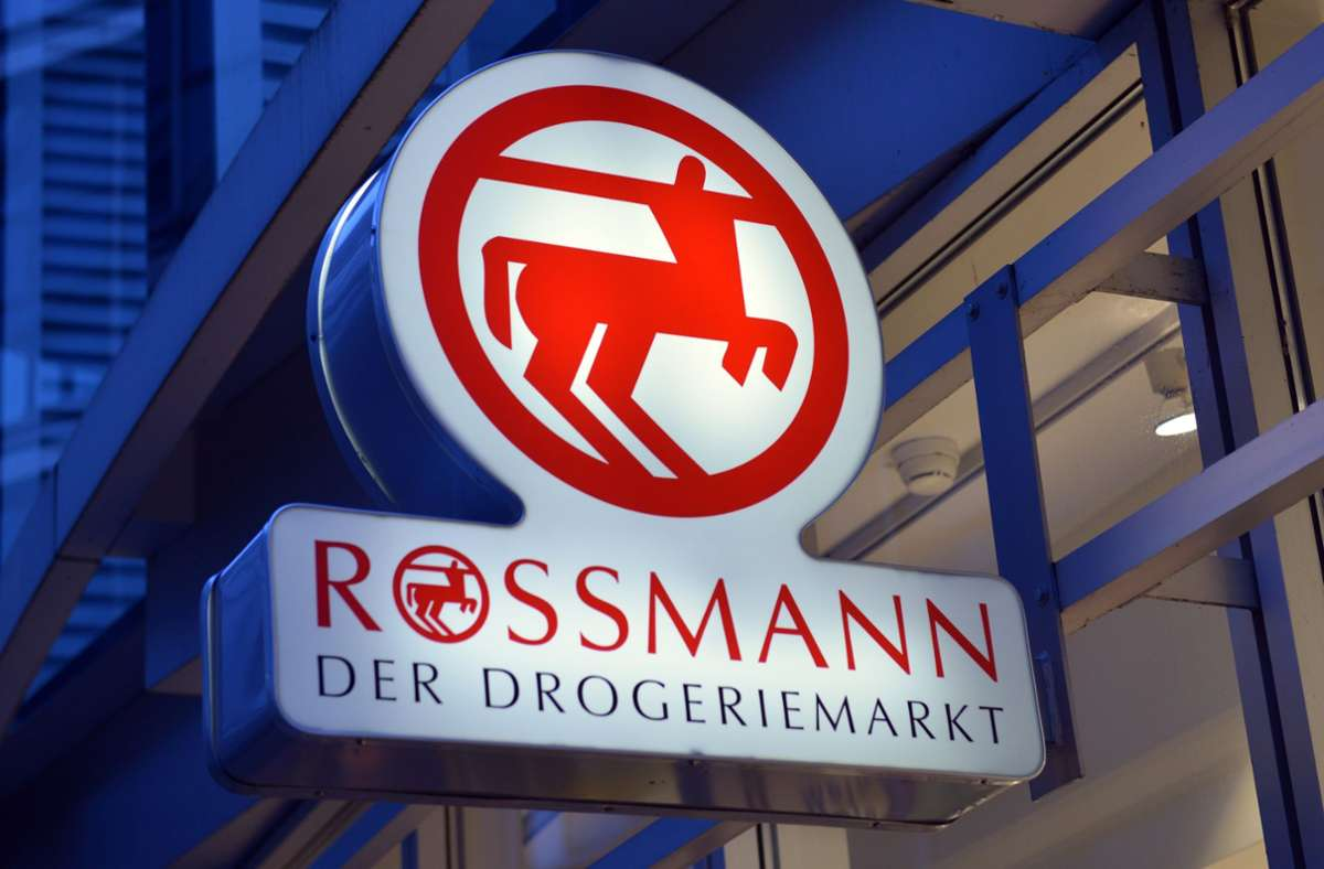 Das Drogerieunternehmen Rossmann ruft FFP2-Masken zurück. (Symbolbild) Foto: dpa/Peter Kneffel