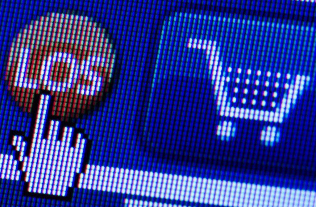 Digitaler Einkaufswagen eines Onlinehändlers: Wer im Internet Waren bestellt, sollte die Preise über einige Zeit beobachten. Bei vielen Produkten schwanken sie schon im Verlauf weniger Wochen teils extrem. Foto: dpa-Zentralbild