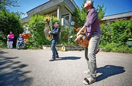 Ein Duo spielt in der Diakonie Stetten