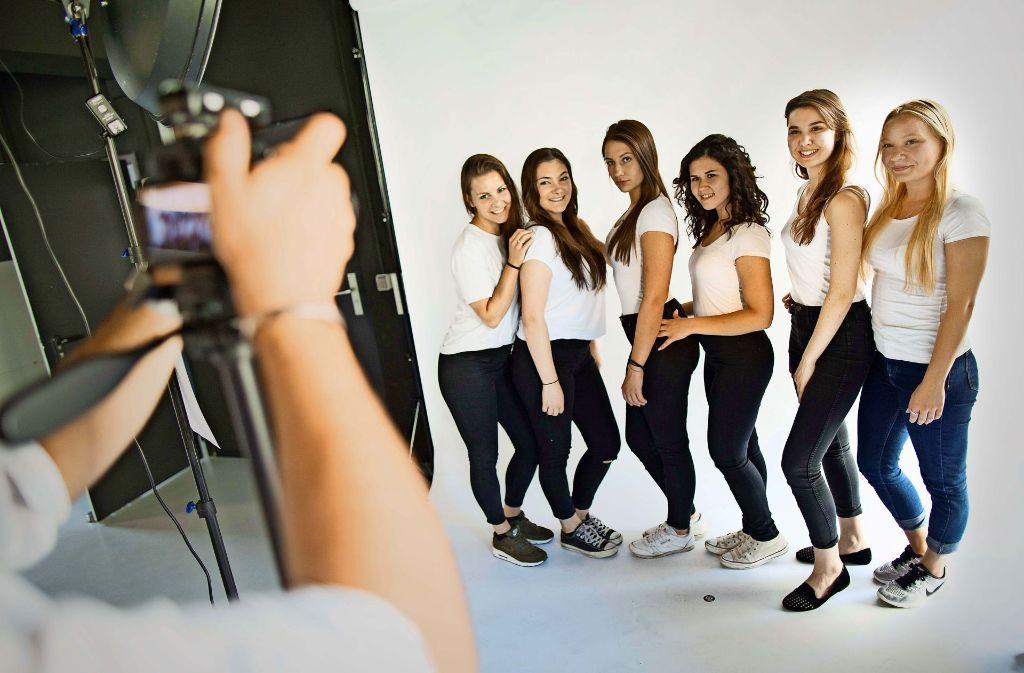 Die Schauspielschülerinnen beweisen Professionalität vor der Kamera. Foto: Lichtgut/Leif Piechowski