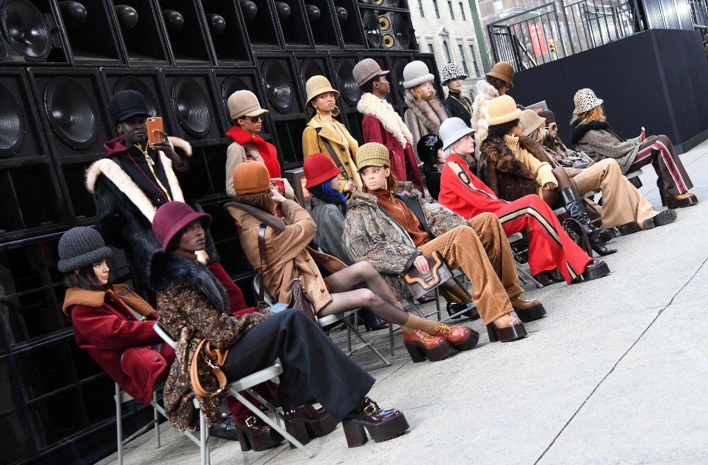 Alle Models tragen verschiedene Hüte zu den passenden Outfits und posieren für ein Gruppenfoto. Foto: AFP