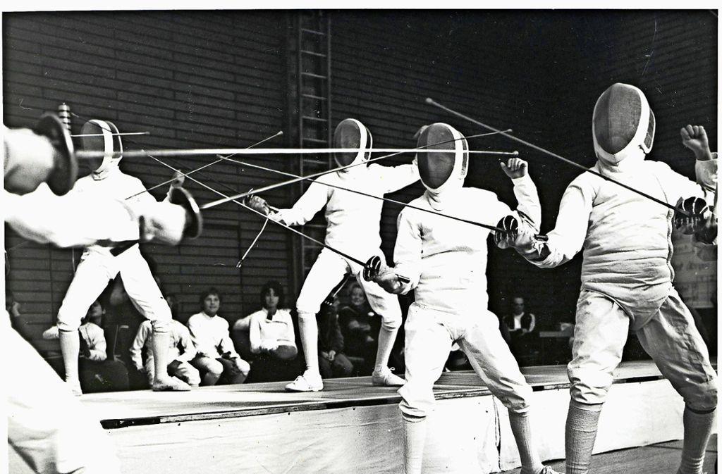 Fechttraining           bei   den  TSF Ditzingen     in der 70er Jahren.    Die Kampfbahnen   bauten     sich      die     Mitglieder  damals   selbst zusammen. Foto: Archiv TSF Ditzingen