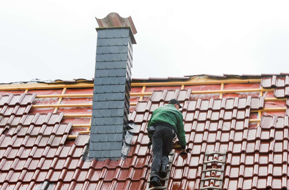 In Ludwigsburg haben zwei falsche Dachdecker ein Ehepaar um Geld betrogen (Symbolfoto). Foto: picture alliance / dpa/Julian Stratenschulte