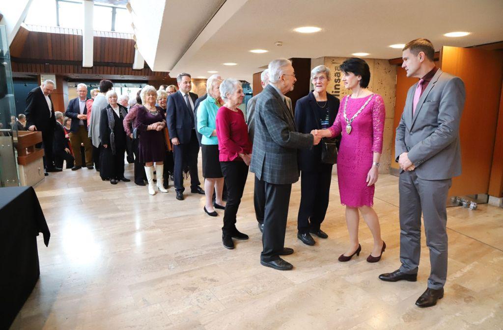 Oberbürgermeisterin Gabriele Zull und ihr Mann Martin Zull begrüßen die Gäste. Foto: Patricia Sigerist
