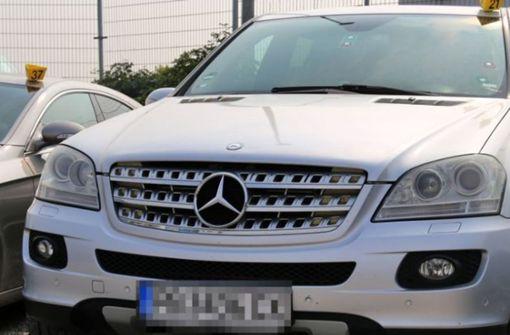 Polizei beschlagnahmt Luxusautos vor Jobcentern