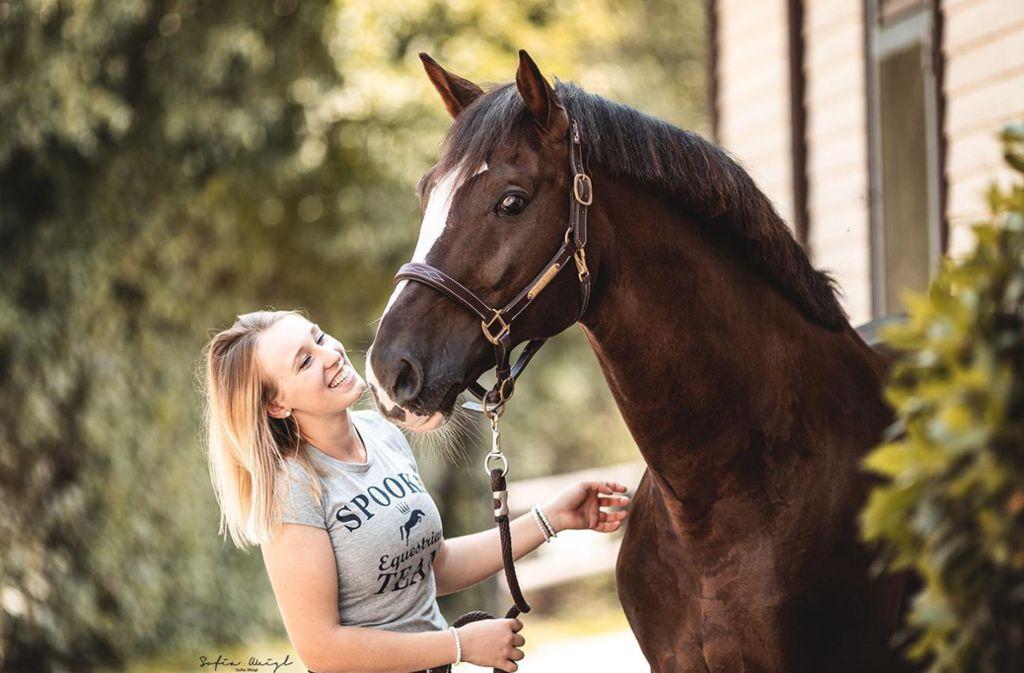 Die Donzdorferin Anna Casper mit ihrem Pferd Don Diamond, mit dem sie in dieser  Woche auch beim Reitturnier in Stuttgart startet. Foto: Sofia Weigl