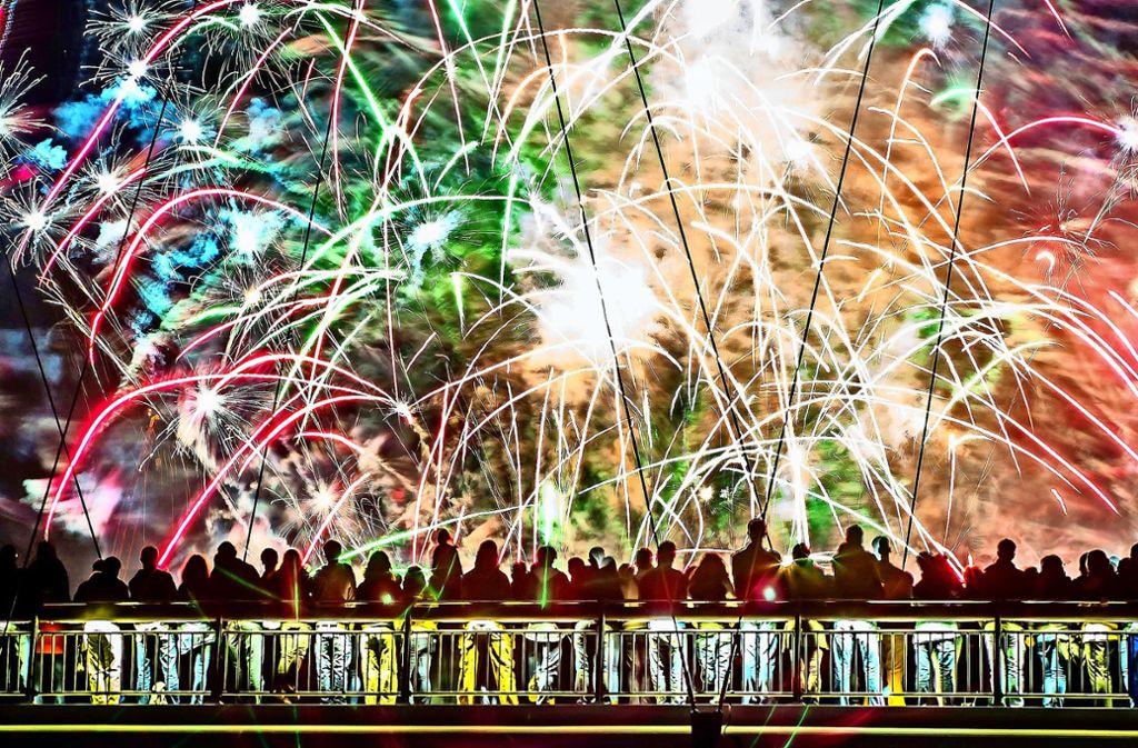 Weil es gleich drei Gründe zum Feiern gibt, werden die Oberaicher dieses Jahr ein Feuerwerk erleben – außer der Flughafen hat kurzfristig etwas dagegen. Foto: dpa