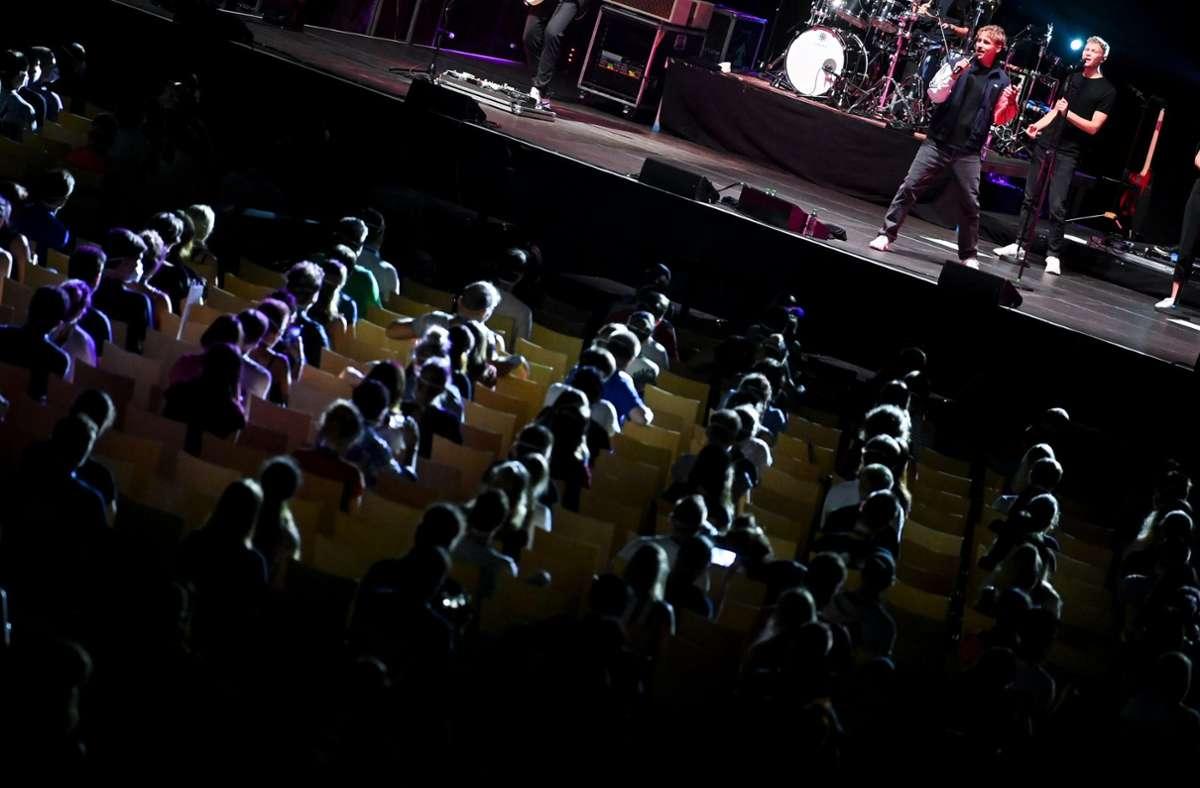 Probanden eines Großversuchs der Universitätsmedizin Halle/Saale verfolgen in der Arena Leipzig ein Konzert des Popsängers Tim Bendzko. Foto: dpa/Hendrik Schmidt