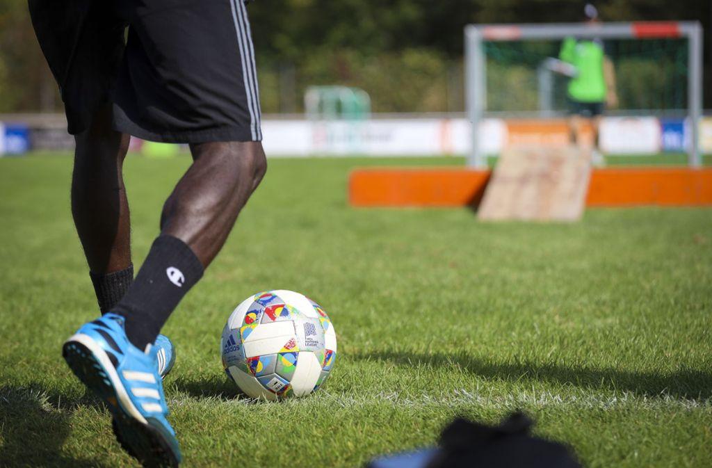 Die Veranstaltung soll Spaß machen – zum Beispiel beim Minigolf mit dem Fußball. Foto: factum/Simon Granville