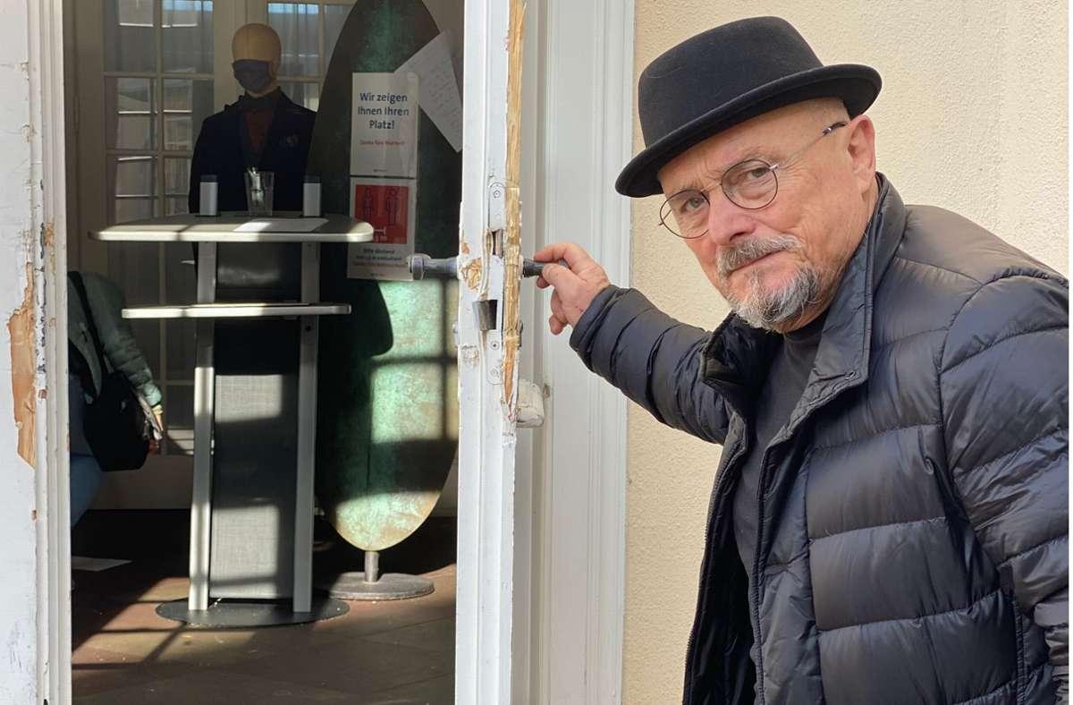 Gastronom Jörg Mink zeigt die zerstörte Tür seines Schlossrestaurants. Foto: Daniela Mink