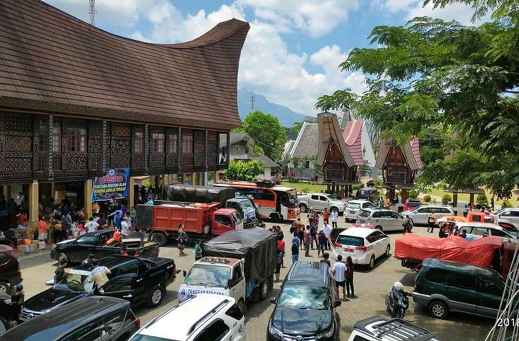 Mit 22 Lastwagen sind 87 Freiwillige der Nachbarkirche Toraja angereist, um den Opfern zu helfen. Foto: EMS