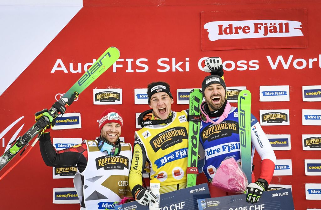 Daniel Bohnacker (Mitte) bejubelt seinen zweiten Weltcup-Sieg in Idre Fjäll. Foto: AP/Pontus Lundahl