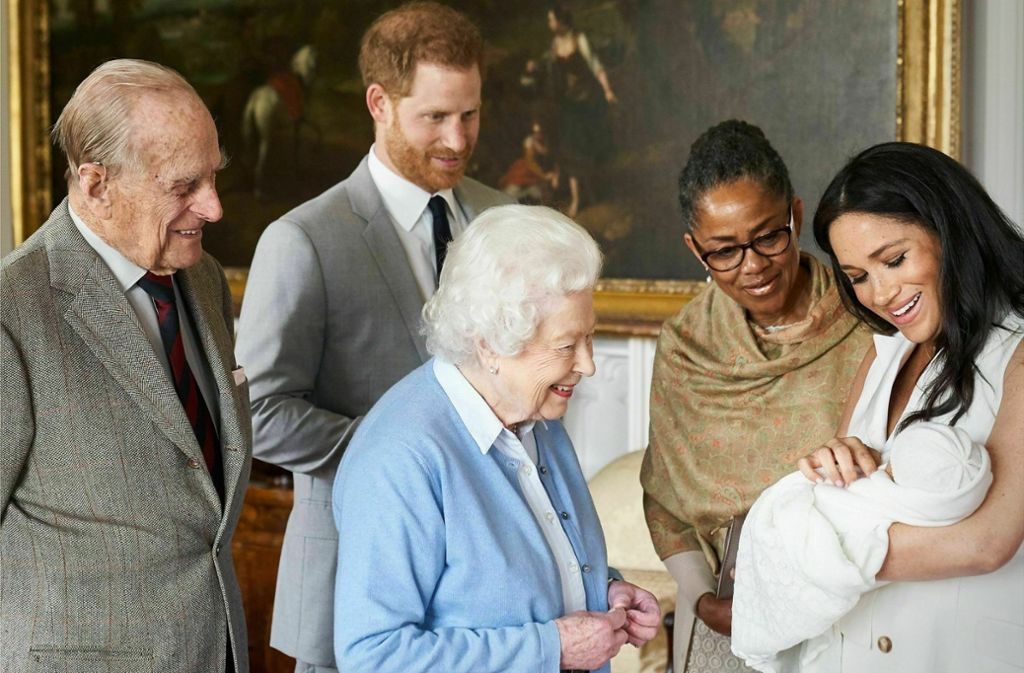 Noch ein Urgroßenkel für die Queen: Elizabeth II freut sich über den Neuzugang, den kleinen Archie Harrison, in ihrer Familie. Auch Prinz Philip (links) scheint glücklich zu sein, ebenso wie die frisch gebackenen Eltern Harry und Meghan sowie die Oma mütterlicherseits Doria Ragland. Foto: AP