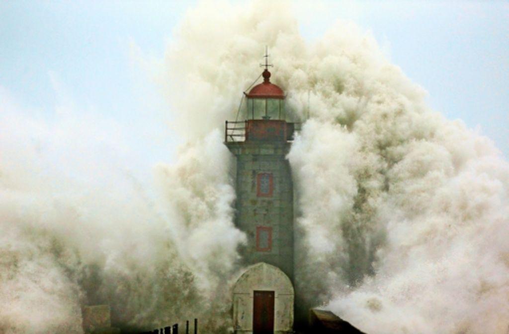 Auch in Porto, Portugal, tobt der Atlantik. Eine Welle hat 20 Autos mit sich gerissen. Foto: