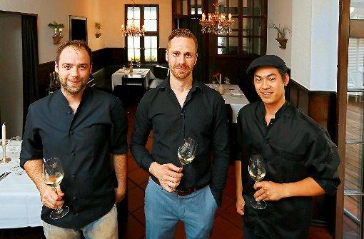 Gutes Team: Koch Johannes Daiker (v.li),Chef Philipp Berg und Koch JOD. Foto: Zweygarth
